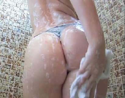 Gatinha gostosa sensualizando no banho