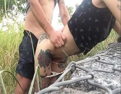 Comendo a tatuada gostosa no meio do mato