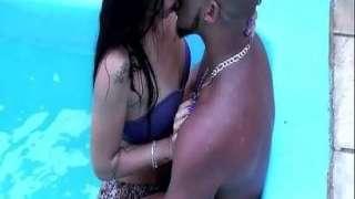 Sexo na piscina com morena brasileira gostosa