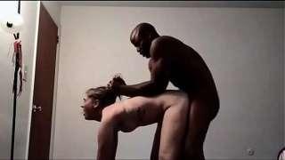 Corno filmou a sua esposa novinha safada dando pro negão