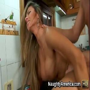 Fazendo sexo caseiro na cozinha com a loira boazuda