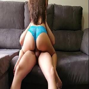Sexo quente novinha gostosa transando no sofá porno gostoso