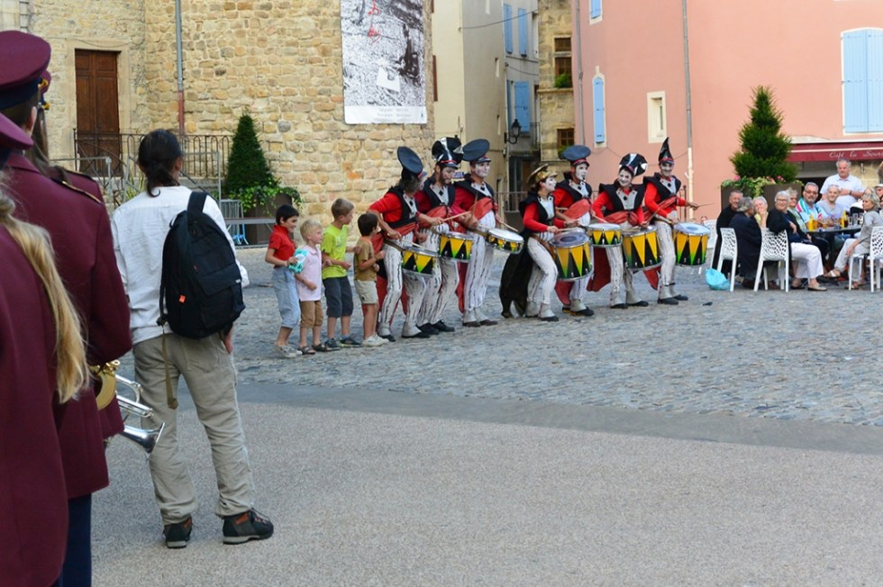 La Compagnie Transe Express Circus - Les Tambours devant le château d'Aubenas sur la place de l'Hôtel-de-Ville pendant Les Fanfaronnades Aubenas 2014