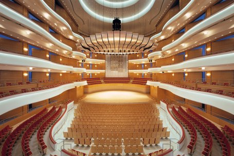 Tán âm trần nhà hát với gỗ tán âm