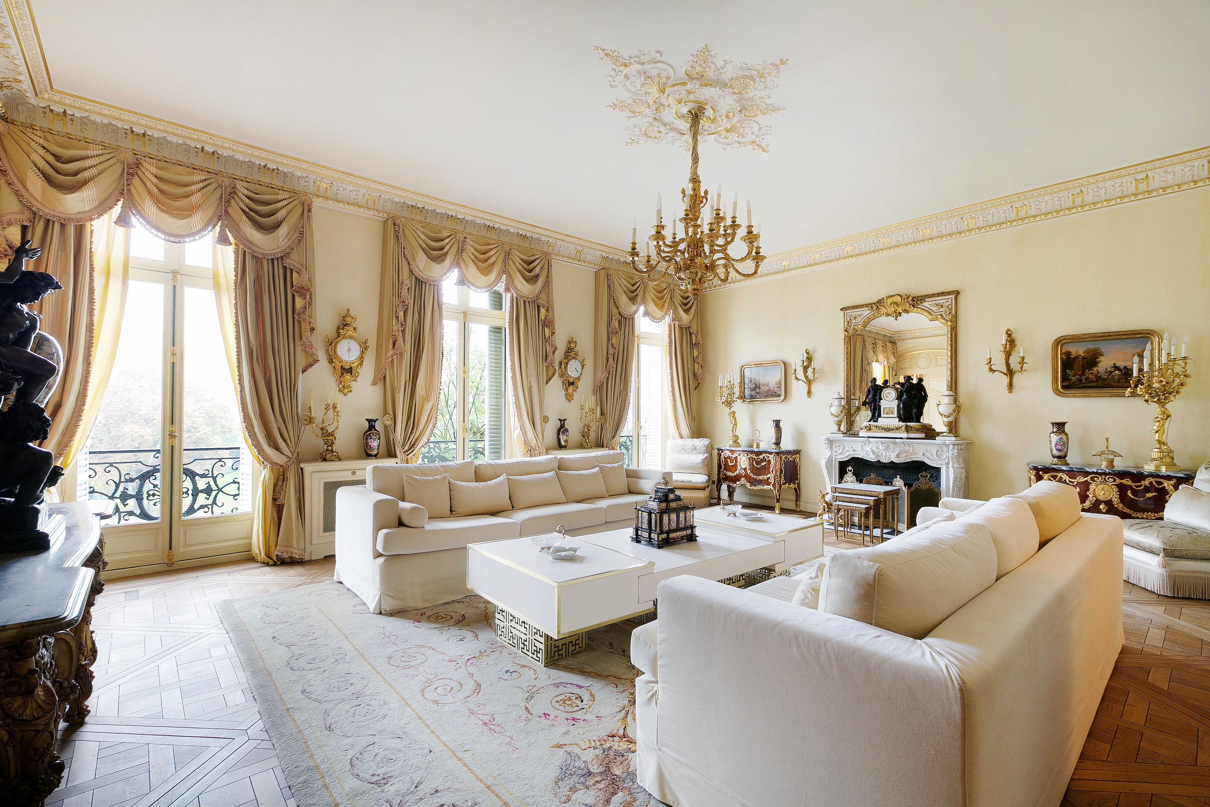 Sophisticated European Style Living Room Decor 16022