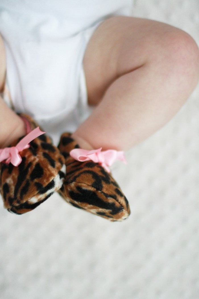 These DIY reversible baby booties by Cotton and Curls (for Say Yes) are sure to become a favorite part of your little one's wardrobe. - Sewtorial