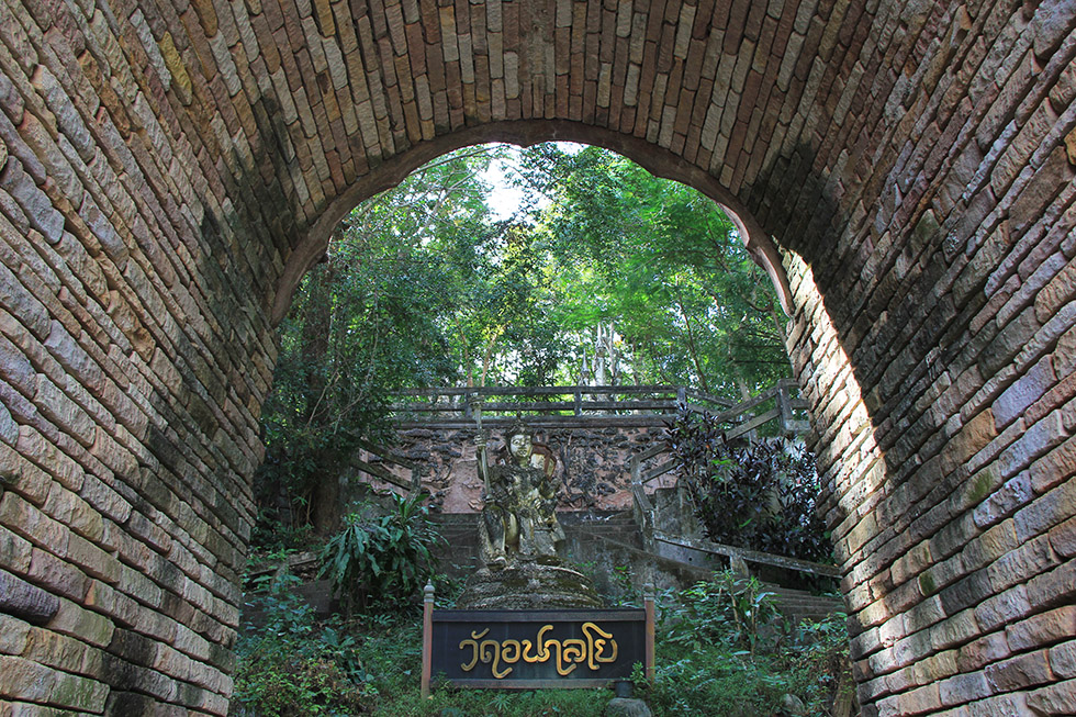 The entance to Wat Analayo in Phayao