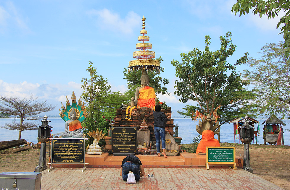Prayers at Wat Tilok Aram in Phayao