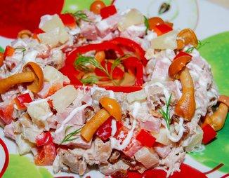 """Салат """"Осенний"""" (с курицей, грибами и маринованными ..."""