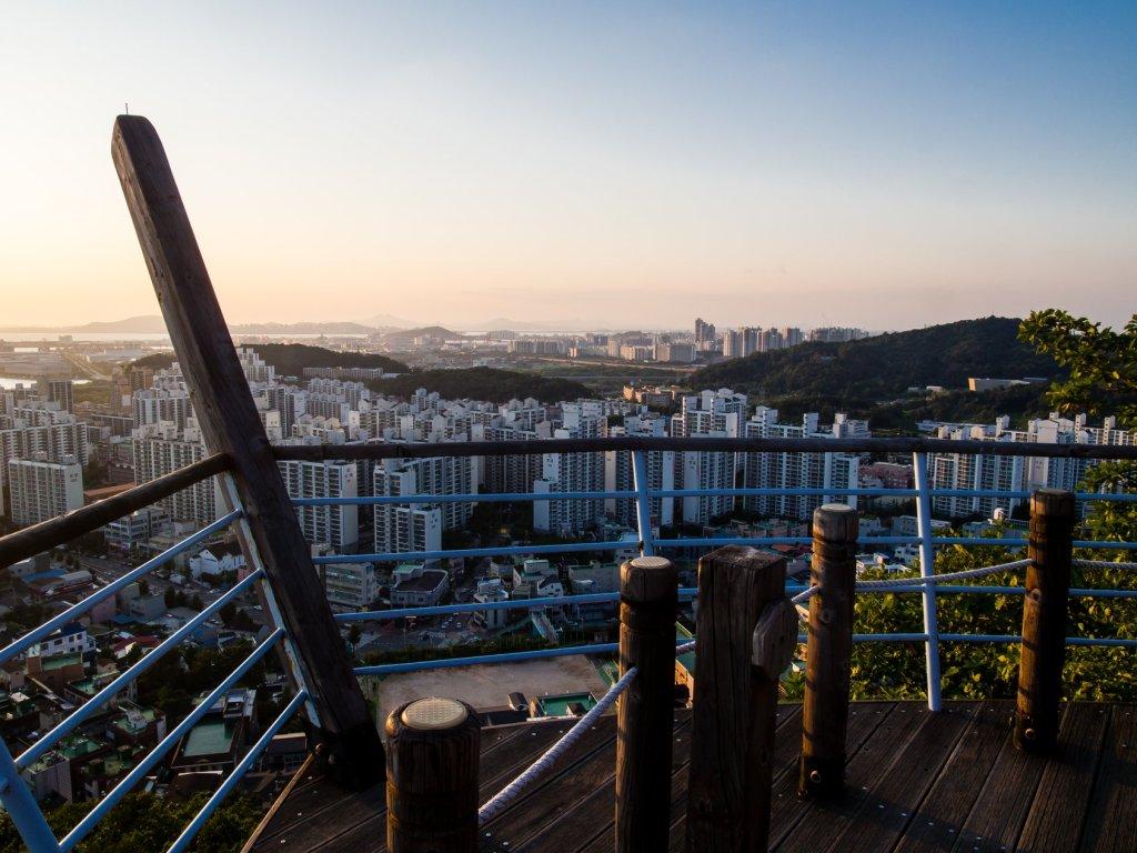 Boatlike viewing platform from west side of Cheongryangsan