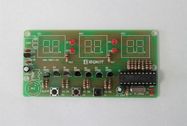Przylutowane kondensatory elektrolityczne oraz umocowany mikrokontroler