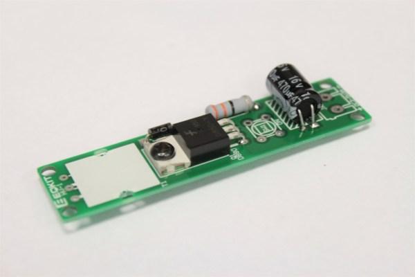 Znajdujący się na płytce kondensator i tranzystor
