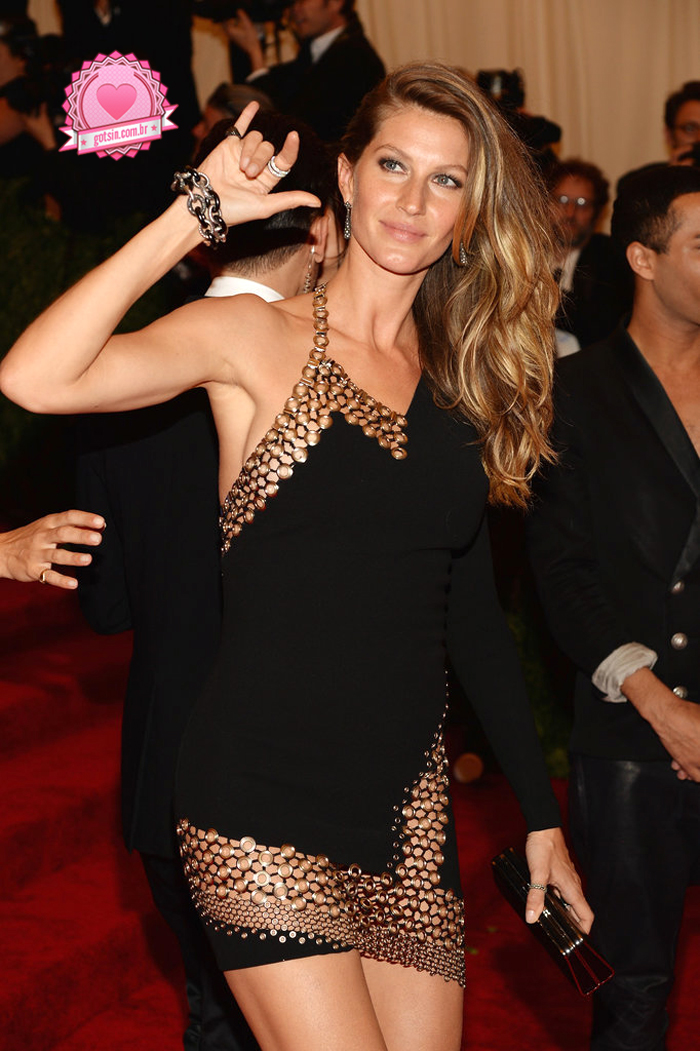 gisele-bundchen-tom-brady-met-ball-2013-red-carpet-Anthony-Vacarello-04