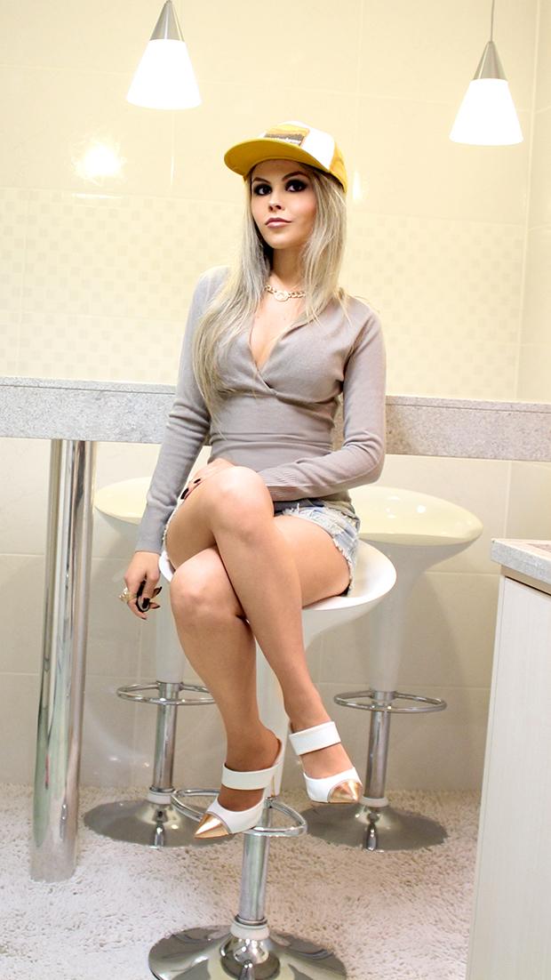 sininhu-sylvia-santini-meu-look-blog-got-sin-shorts-jeans-cintura-alta-sueter-boné-cap-mule-branco-sapato-05