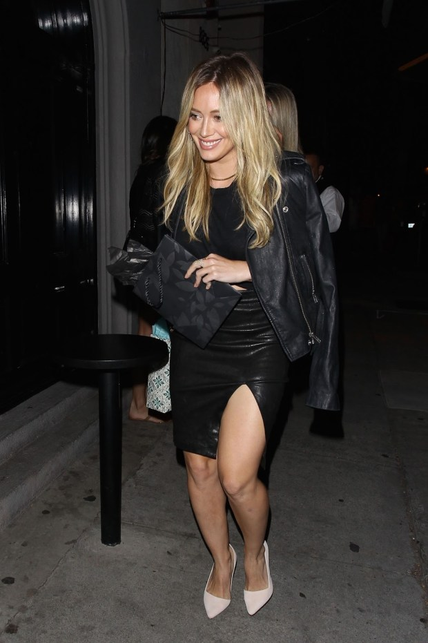 Hilary Duff - out to dinner in West Hollywood - saia de couro fenda preto scarpin nude blog got sin