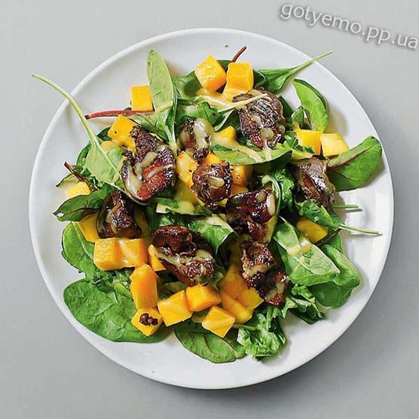 салат з манго і курячою печінкою