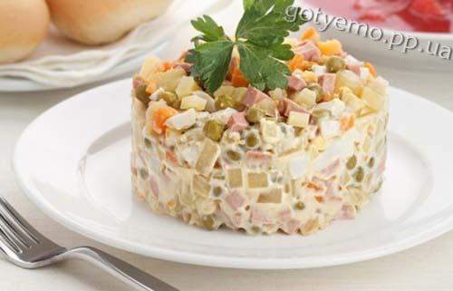 салат олів'є з ковбасою