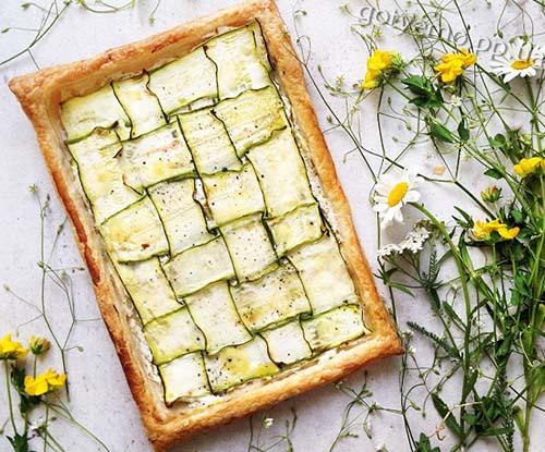 Тарт з цукіні і козячим сиром - дуже смачний і легкий у приготуванні тарт. Єдине, вам знадобиться овочечистка або слайсер для овочів, щоб тонко-тонко нарізати цукіні.