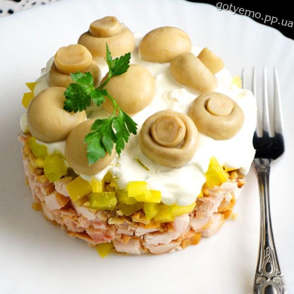 Салат з куркою, горіхами і грибами