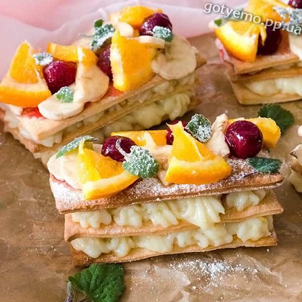 Мільфей з лимонним кремом і фруктами