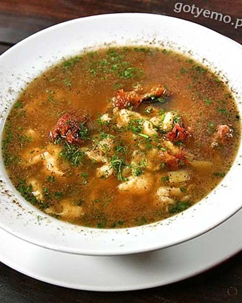 Суп на червоному бульйоні з кльоцками