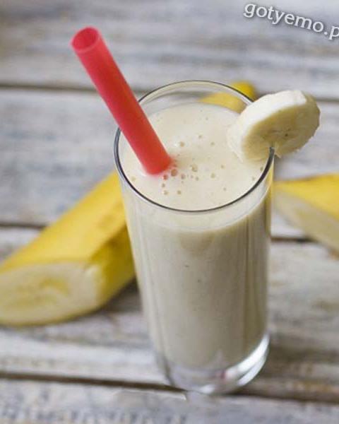 Банановий коктейль з молоком
