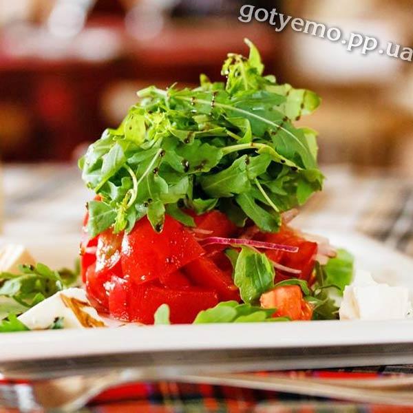 Салат з томатами і бринзою