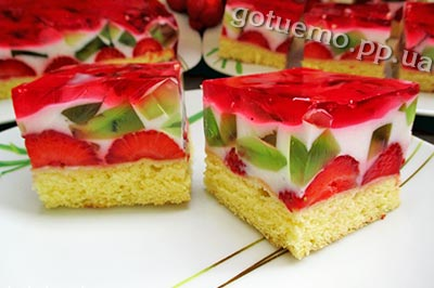 Десерт з йогуртом і полуницею