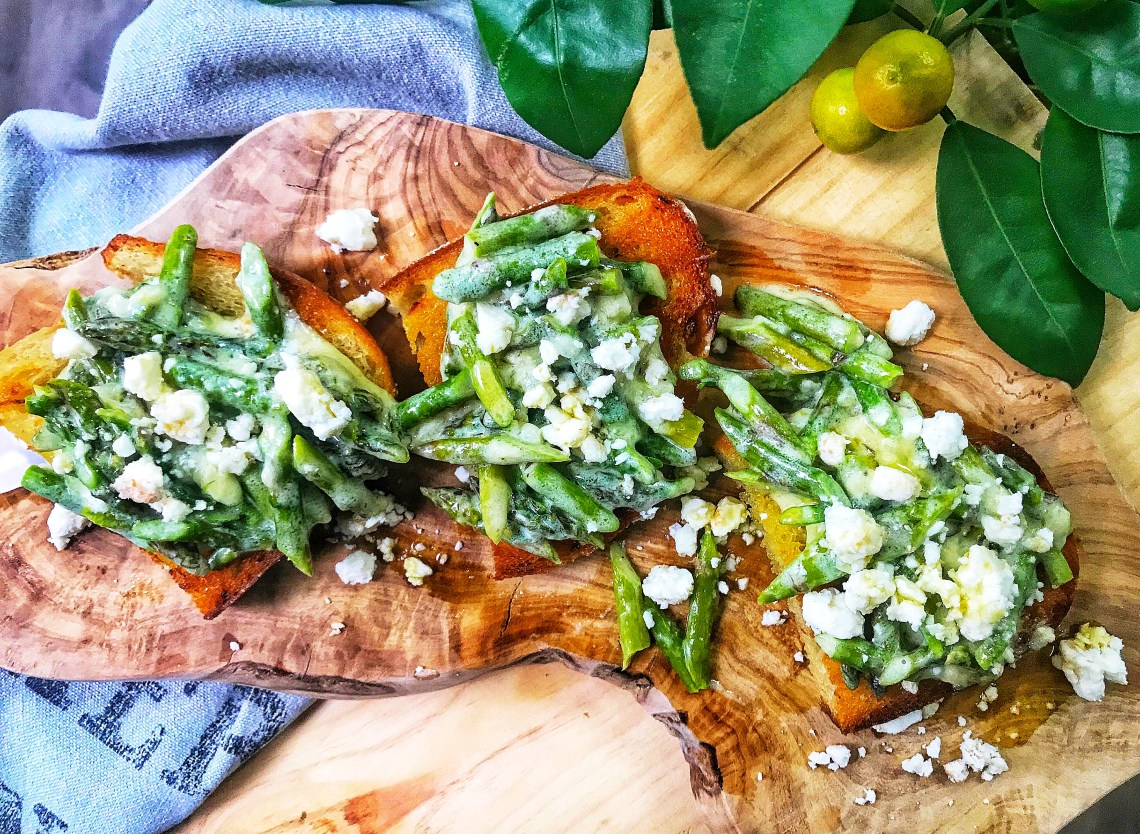 Green asparagus bruschetta with feta - super easy appetizer