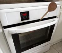 Porte du four entrouverte pour laisser cuire la pâte à choux