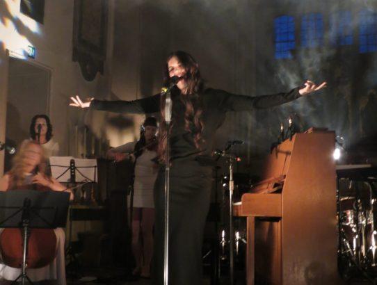 Phildel sings at St Pancras