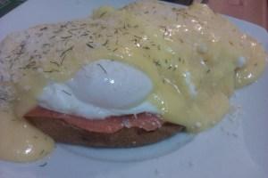 """Los huevos benedictine también se pueden hacer con salmón ahumado en lugar de jamón (y nuestro menu brunch se convertiría en """"huevos royale"""")."""