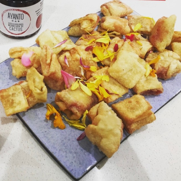 raviolis de wanton frito con queso y mermelasa