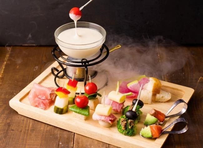冷たくても伸びるチーズフォンデュが期間限定で登場!大阪・なんばのシェアハウス風カフェで6月25日(月)からスタート