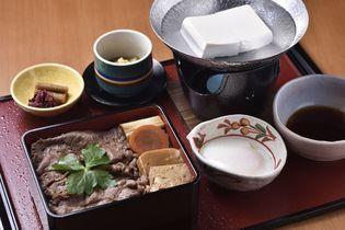 京都・嵐山のメイン通りにお重仕立ての和牛すき焼きや ステーキを提供する「嵐山 喜重郎」がオープン!