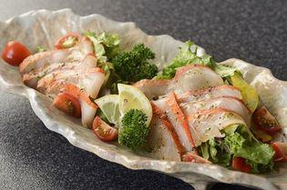 伊豆近海産の金目鯛を冷燻製法で生ハム風にさっぱりと! ほのかに香る河津桜のスモークチップを使用、 旨味をぎゅっと凝縮した板前こだわりの一品をご家庭で