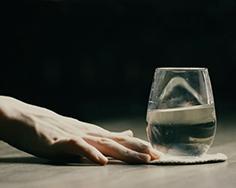 動画を使った日本酒コラム 第10回公開「ちょっと大人の、お酒を使った口説き文句」~君は極上の日本酒のよう~ 女性への口説き文句を、日本酒で表現!