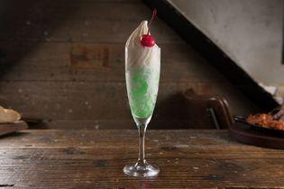 衝撃の初体験!『食べる』メロンクリームソーダ  炭酸を閉じ込めた氷×最高級ソフトクリームを提供開始