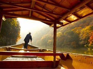 星のや京都(京都府・嵐山) 朝日を受けて輝く紅葉を楽しむアクティビティ 錦秋の嵐山で舟遊び「朝のもみじ舟」今年も開催 期間:2018年11月20日~12月5日