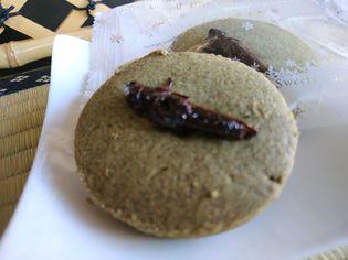 クッキー×イナゴ!?インパクト抜群の「あぜ道クッキー」 新潟県南魚沼の観光センターが販売開始