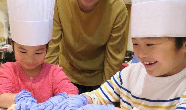 10/28(日)ハロウィーンKIDS向け食の体験イベント開催!ホテルシェフと一緒に自分だけのスイーツデコレーションに挑戦。お揃いのコック帽にウキウキ