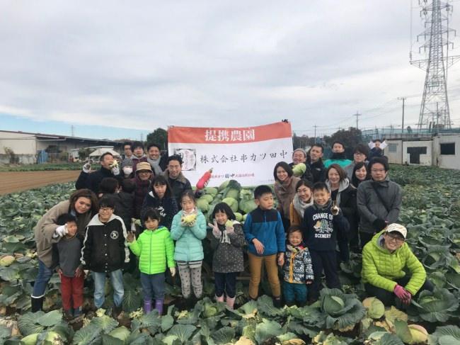 12月9日(日)、店舗で出た有機廃棄物をたい肥にして撒いた提携農場で、社員やその家族がキャベツの収穫祭を行いました。