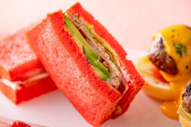 イチゴとスモークサーモンのサンドウィッチ