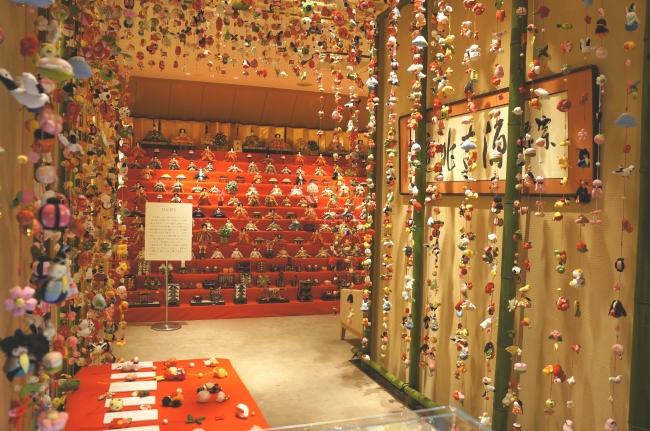 2階特設会場の十三段雛飾りには103体の雛人形を展示