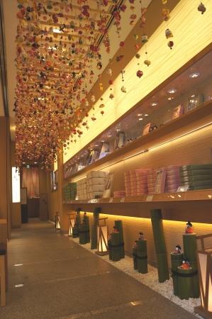 1階から2階にかけて約800本展示されるつるし雛 (写真は1階店舗横の展示エリア)