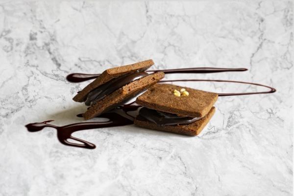 【新商品】グルテンフリーのハニーショコラサンド誕生!生はちみつをたっぷり使用した、とろ~りとろける新食感。小麦・砂糖・乳製品・卵・添加物一切不使用の「罪悪感のないクッキー」ができました。