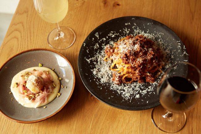 ボロネーゼにかけるチーズは、グラナ・パダーノPDOが正統派?パルマハムPDOで定番料理が大変身?微発泡ワインも決め手に。