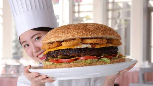 """ビーフパティ2.5kg、総重量6kg """"アニバーサリー ビッグバーガー"""" 期間限定販売開始"""