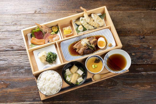 コンボ(メイン2種をお選びいただきます) 他に、焼き魚などの主菜1品の定食スタイルのランチもご用意しています