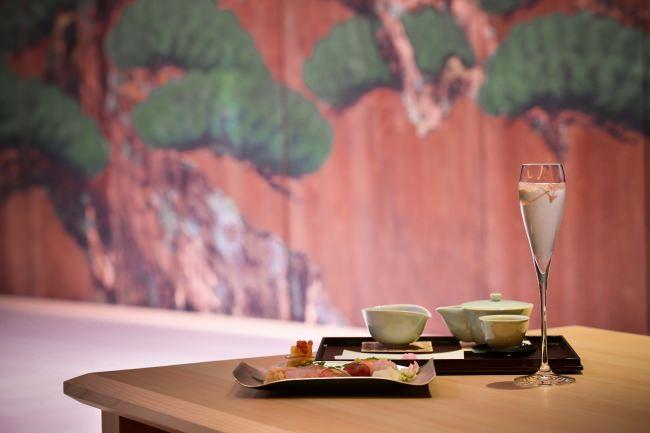 【劇場型レストラン「水戯庵」にて「桜フェア」を開催いたします。「桜手毬(寿司)」「桜茶」「桜スパークリング」など、春を感じる特別メニューを堪能いただけます。】